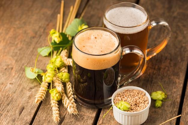 ハイアングルビールジョッキと小麦 無料写真