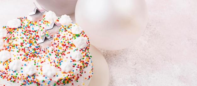 キャンドルとハイアングルバースデーケーキ 無料写真