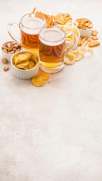 ハイアングルブロンドビールとおいしいおやつ 無料写真