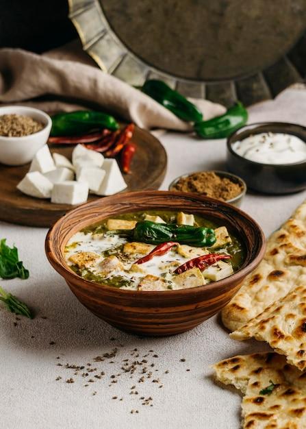 パキスタン料理のハイアングルボウル 無料写真