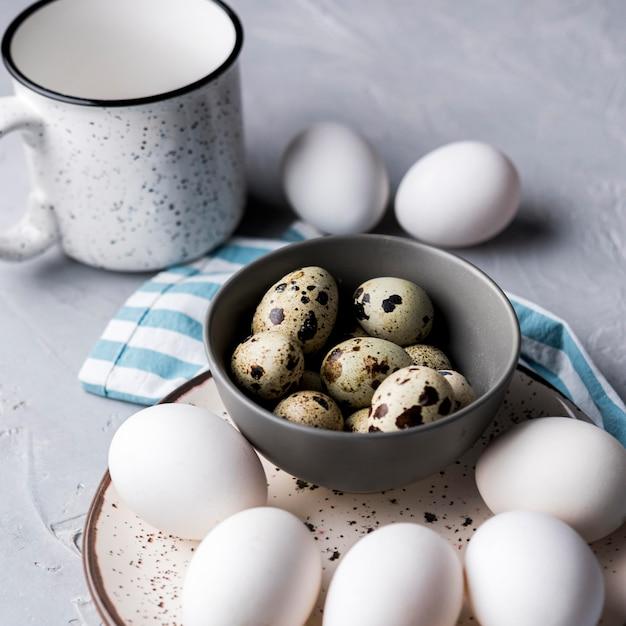 Миска высокого угла с перепелиными яйцами Бесплатные Фотографии