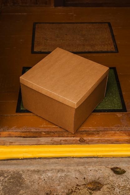 緑のマットの上の角度の箱 無料写真