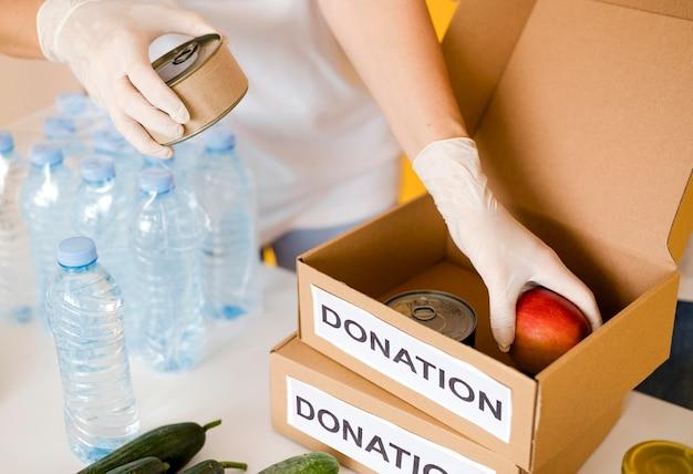 Elevato angolo di scatole con disposizioni per la donazione di alimenti Foto Gratuite