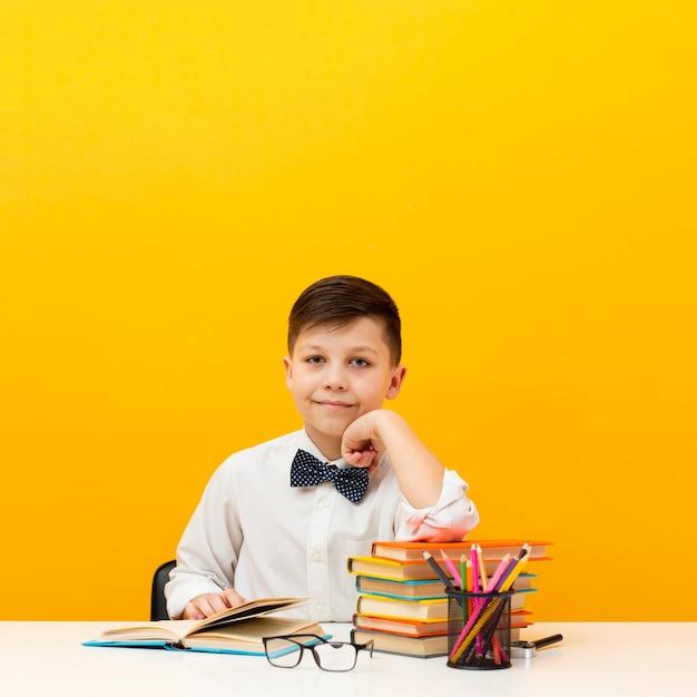 デスク読書で高角少年 無料写真