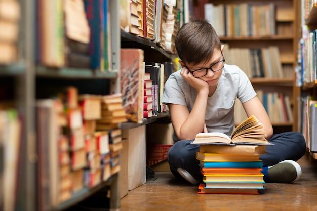 図書館読書で高角少年 無料写真