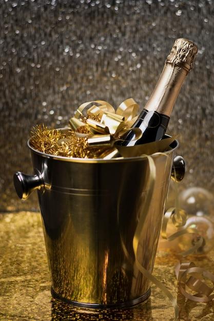 Secchio ad alto angolo con bottiglia di champagne Foto Gratuite