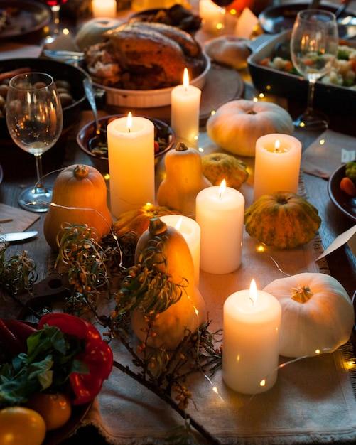 Расположение свечей под большим углом Premium Фотографии