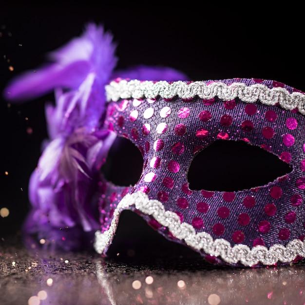 Maschera di carnevale ad alto angolo con piume e glitter Foto Gratuite