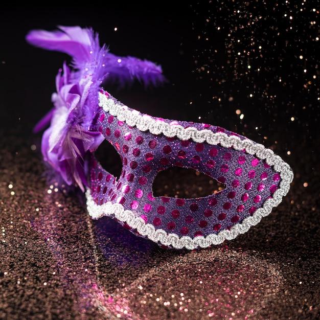 Maschera di carnevale ad alto angolo con glitter e piume Foto Gratuite