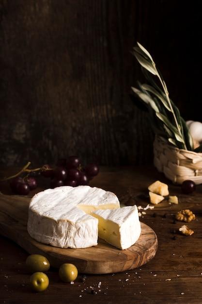 Высокий угол расположения сыра на столе Бесплатные Фотографии