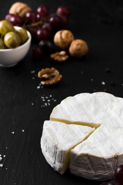 Ассортимент сыров под высоким углом на черном фоне Бесплатные Фотографии