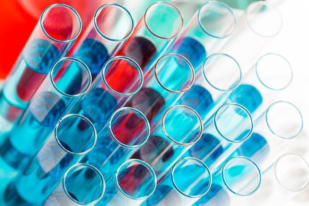Assortimento di prodotti chimici ad alto angolo in laboratorio Foto Gratuite