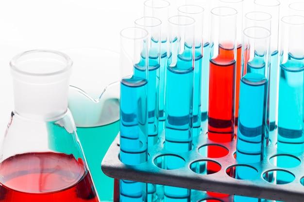 Composizione chimica ad alto angolo in laboratorio Foto Gratuite