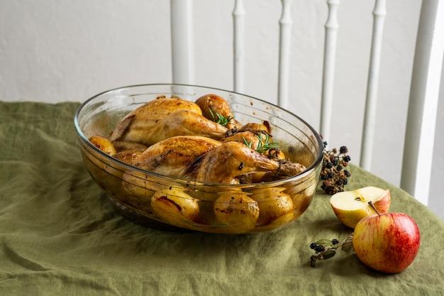 Блюдо из курицы и картофеля под высоким углом Бесплатные Фотографии