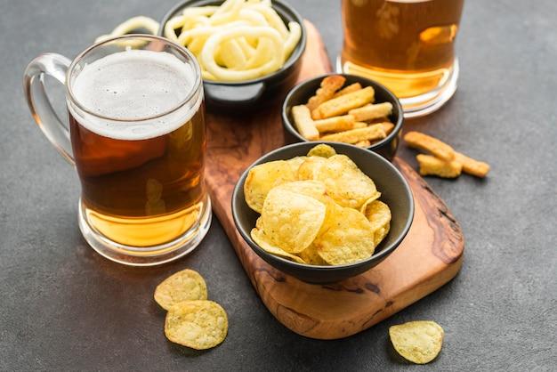 ハイアングルチップスとビールのアレンジメント 無料写真