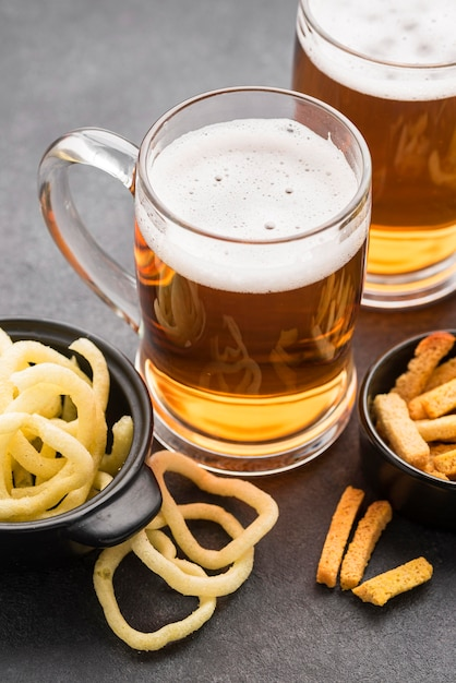 ハイアングルチップスとビールジョッキ 無料写真