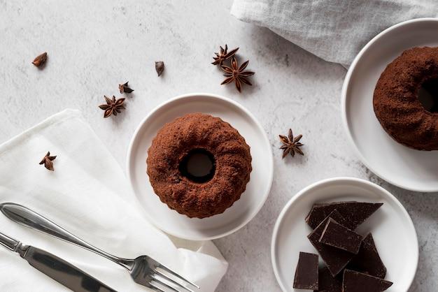 Шоколадный торт с кусочками шоколада и звездчатым анисом Бесплатные Фотографии