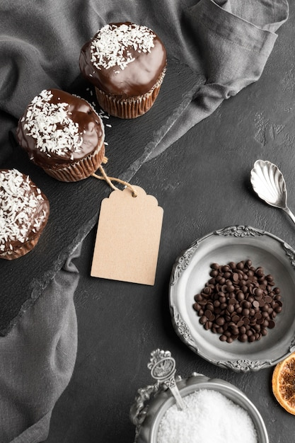 High angle of chocolate desserts with tag and coffee beans Free Photo