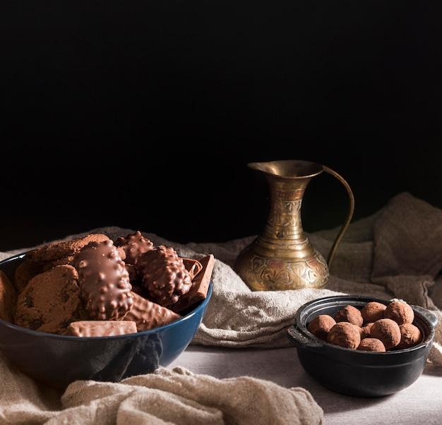 ボウルにハイアングルチョコレート菓子の品揃え 無料写真