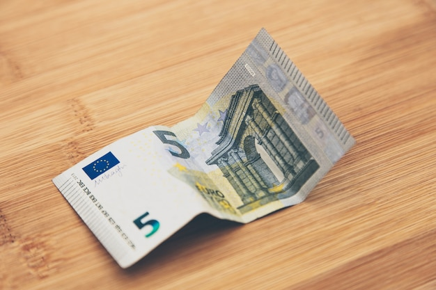 木製の表面に紙幣の高角度のクローズアップショット 無料写真