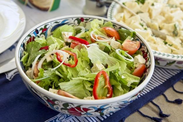 야채와 그린 샐러드의 높은 각도 근접 촬영 샷 무료 사진