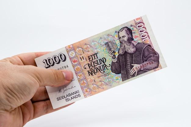 白い背景の上に紙幣を保持している人の高角度のクローズアップショット 無料写真