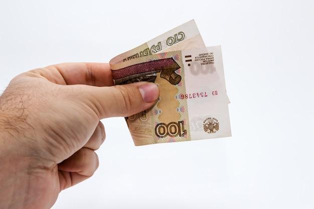 Снимок крупным планом с высоким углом человека, держащего банкноту на белом Бесплатные Фотографии