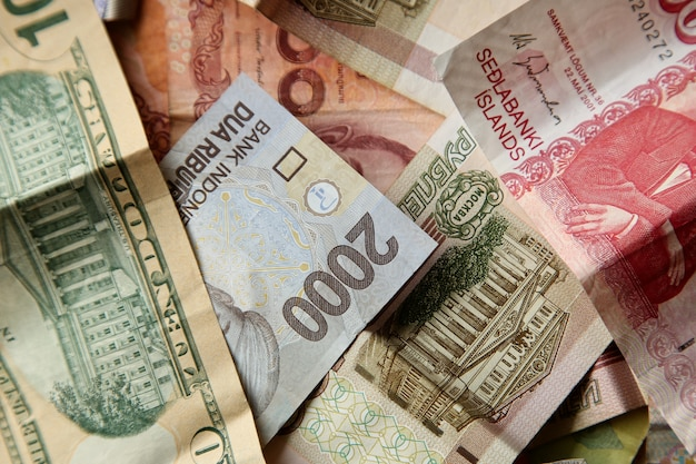 Высокий угол снимка кучи банкнот на деревянной поверхности Бесплатные Фотографии