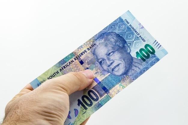 Colpo del primo piano dell'angolo alto di una persona che tiene una banconota Foto Gratuite