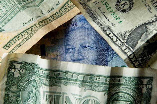 Colpo del primo piano dell'angolo alto di un mucchio di banconote e contanti differenti Foto Gratuite