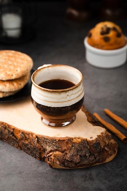 Высокий угол кофе и сладости на завтрак Premium Фотографии