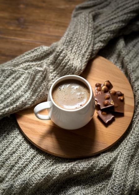 木の板にハイアングルのコーヒーとチョコレートの品揃え 無料写真