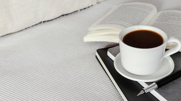 Чашка кофе с высоким углом и книга Бесплатные Фотографии