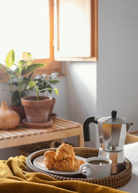 Чашка кофе под высоким углом и круассаны Бесплатные Фотографии