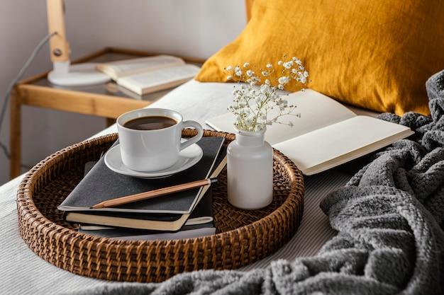 Чашка кофе с высоким углом на ноутбуках Бесплатные Фотографии