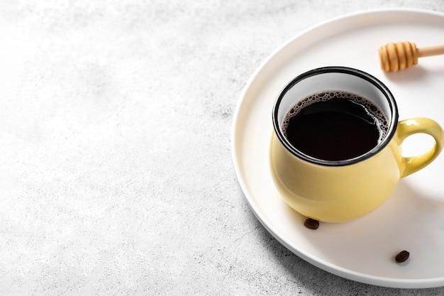 Высокий угол кофе мед ковш на подносе с копией пространства Бесплатные Фотографии