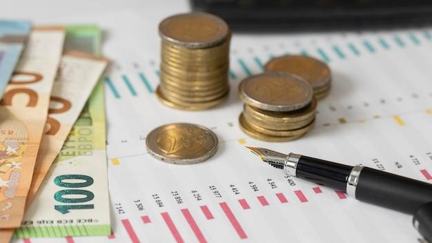 ハイアングルコインと紙幣の配置 無料写真