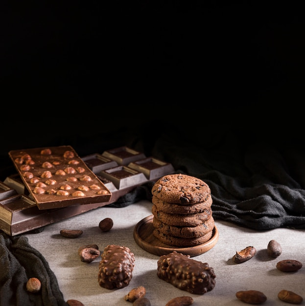 ハイアングルクッキーとチョコレート菓子 無料写真
