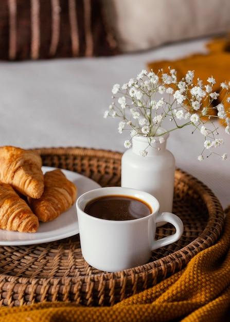 Круассаны под высоким углом и чашка кофе Бесплатные Фотографии