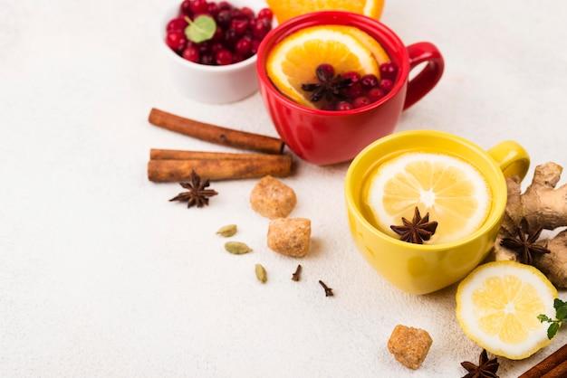 Чашки под высоким углом с ароматом лимона и чая женьшеня Бесплатные Фотографии