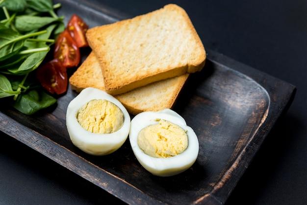 Disposizione della colazione deliziosa ad alto angolo Foto Gratuite