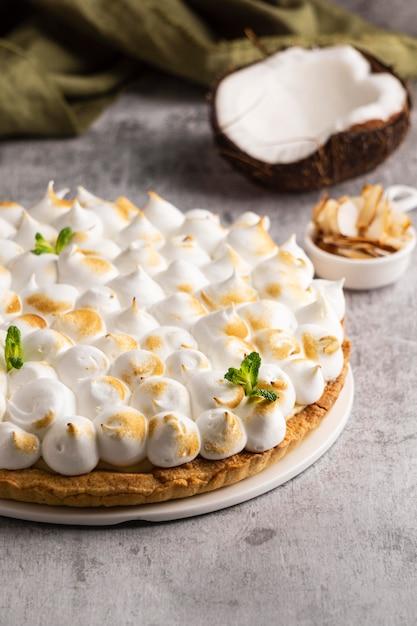 코코넛이 든 높은 각도의 맛있는 케이크 무료 사진