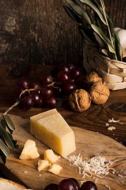 Высокая угловая вкусная сырная композиция на столе Бесплатные Фотографии