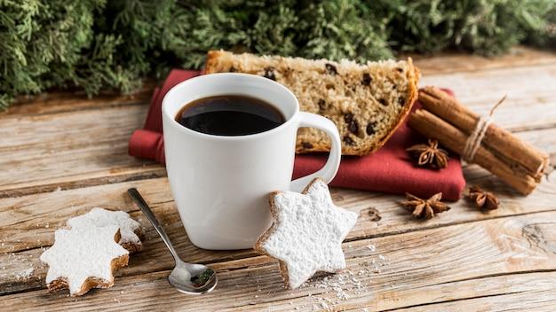 Вкусный рождественский хлеб под высоким углом Бесплатные Фотографии