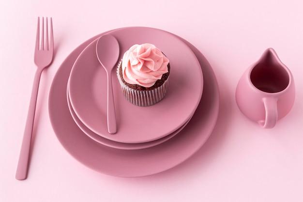 プレート上の高角度のおいしいカップケーキ 無料写真