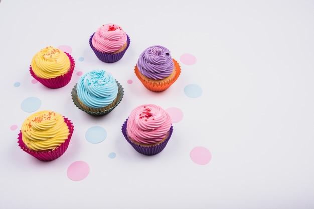 テーブルの上の高角度のおいしいカップケーキ 無料写真