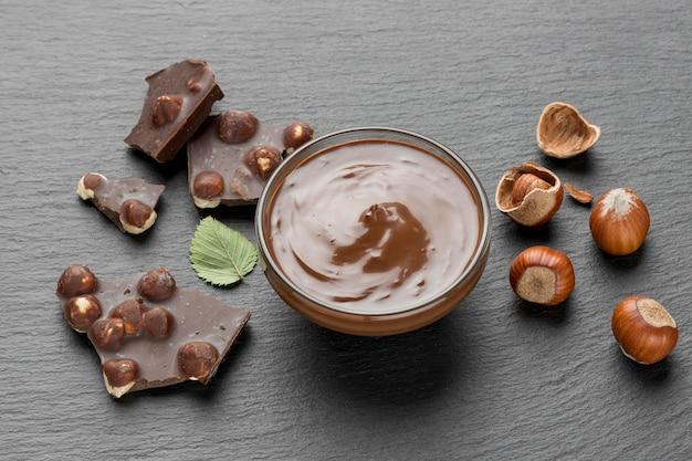 Alto angolo di delizioso cioccolato alla nocciola Foto Gratuite