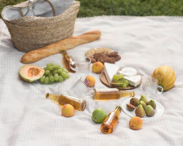 Вкусный пикник под большим углом Premium Фотографии