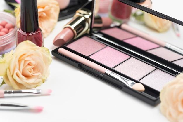 Disposizione di prodotti di bellezza diversi ad alto angolo Foto Gratuite