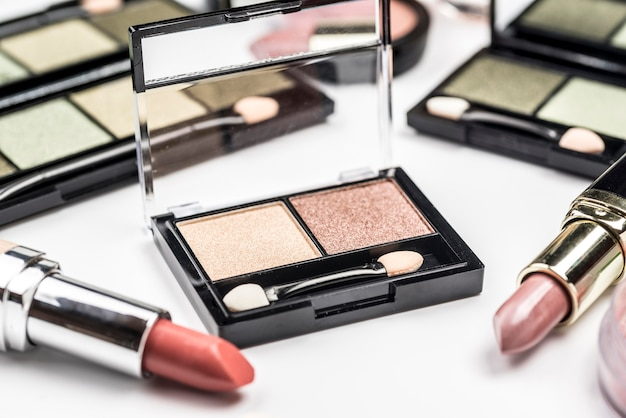 Composizione di cosmetici diversi ad alto angolo Foto Gratuite